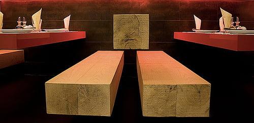 Detalhe do banco feito em madeira crua
