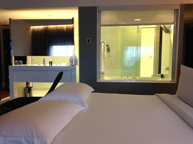 Suite com banheiro integrado. Detalhe: banheira com TV, Pulllmann São Paulo Ibirapuera
