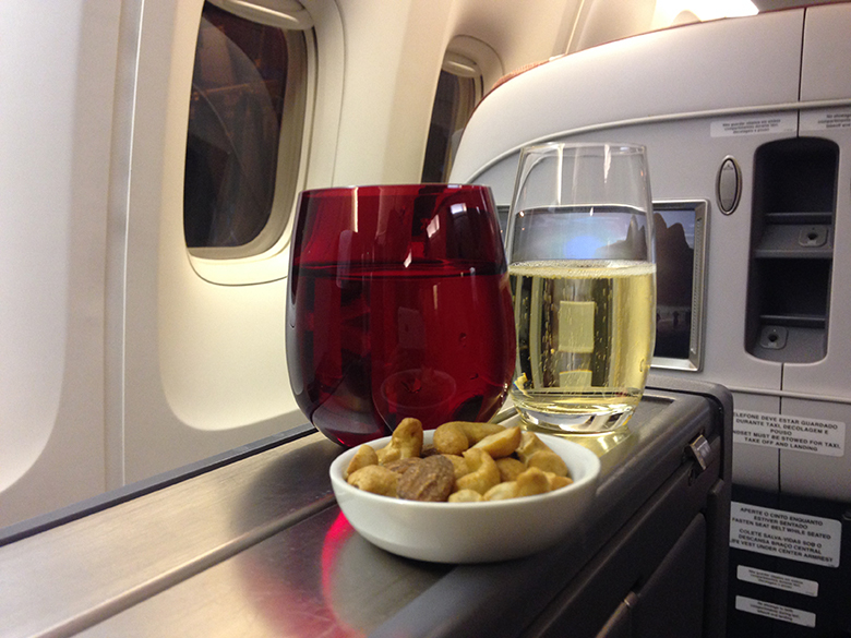 Welcome Drink e snacks após o embarque na Premium Business Class TAM
