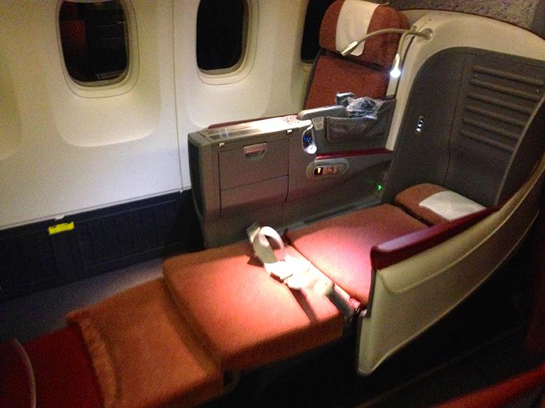 Angled seats - Poltrona totalmente reclinada manteve pequena angulação nas pernas