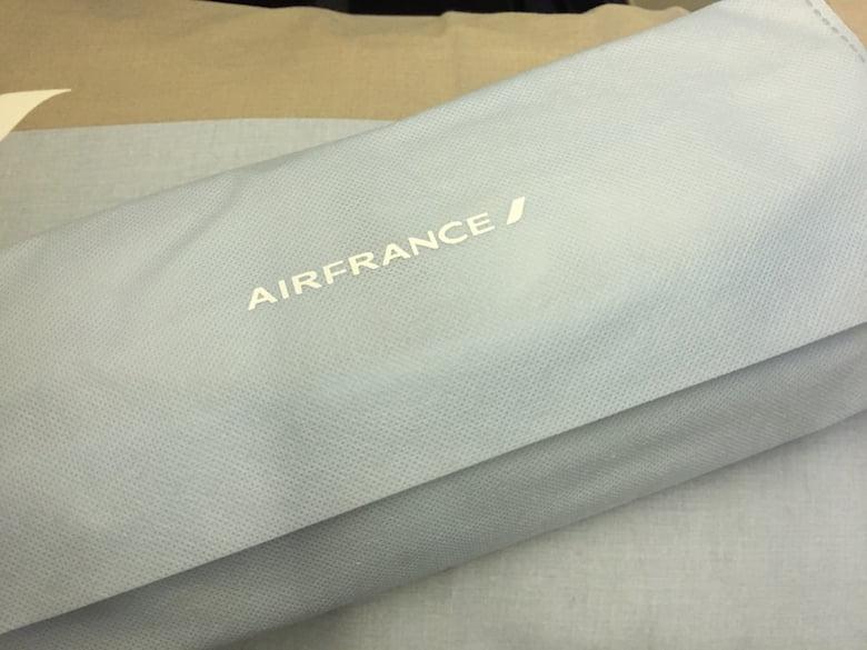 Chinelos e meias são oferecidos junto com um saco para guardar sapatos.