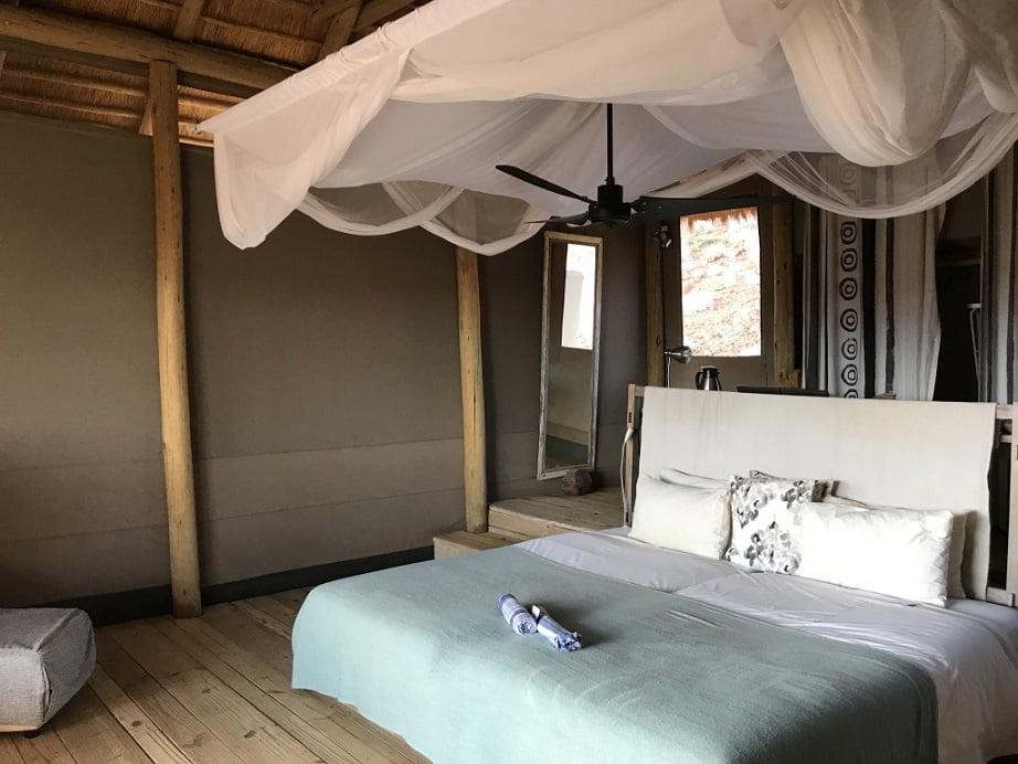 Quarto do Damaraland Camp (Viagem fotográfica pela Namíbia por Carioca NoMundo)