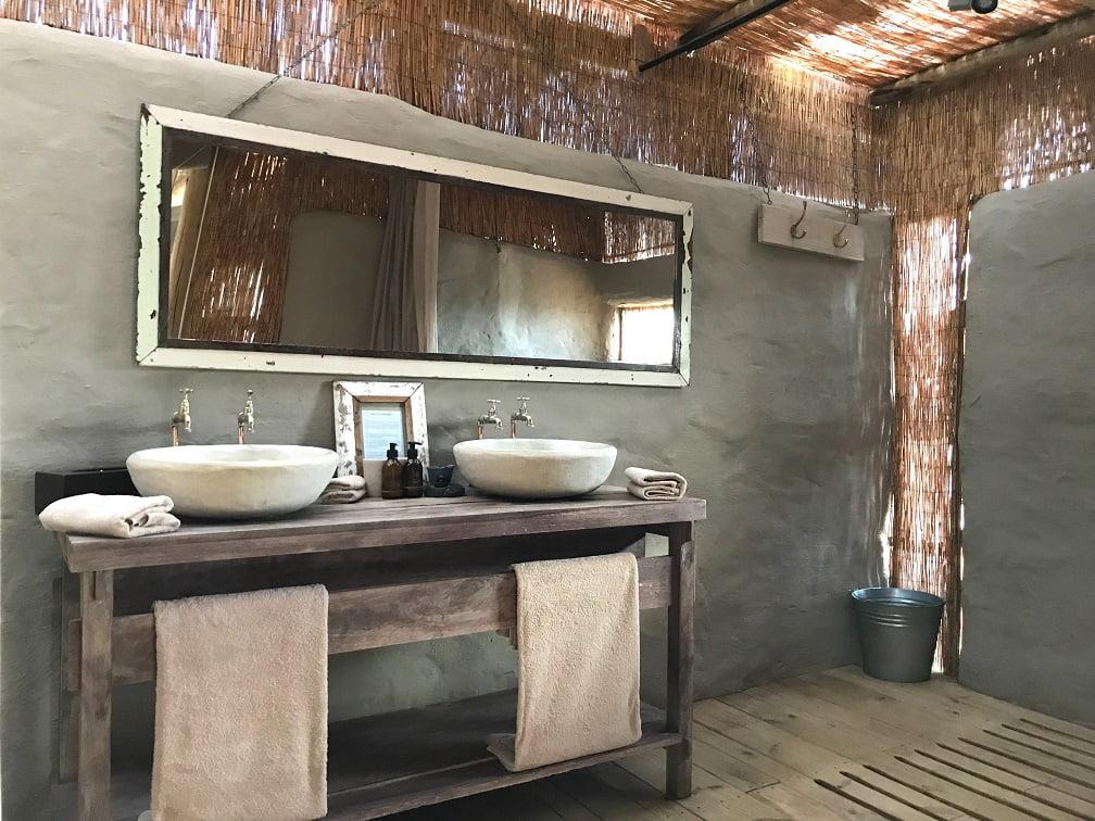 O banheiro do quarto no Damaraland Camp (Viagem fotográfica pela Namíbia por Carioca NoMundo)