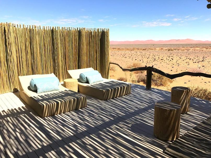 Deck em uma das tendas do Little Kulala Camp, em Sossusvlei (Viagem fotográfica pela Namíbia por Carioca NoMundo)