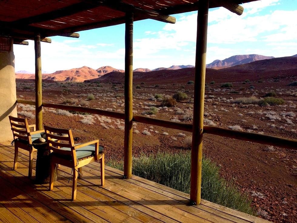 Varanda de uma das acomodações do Damaraland Camp (Viagem fotográfica pela Namíbia por Carioca NoMundo)