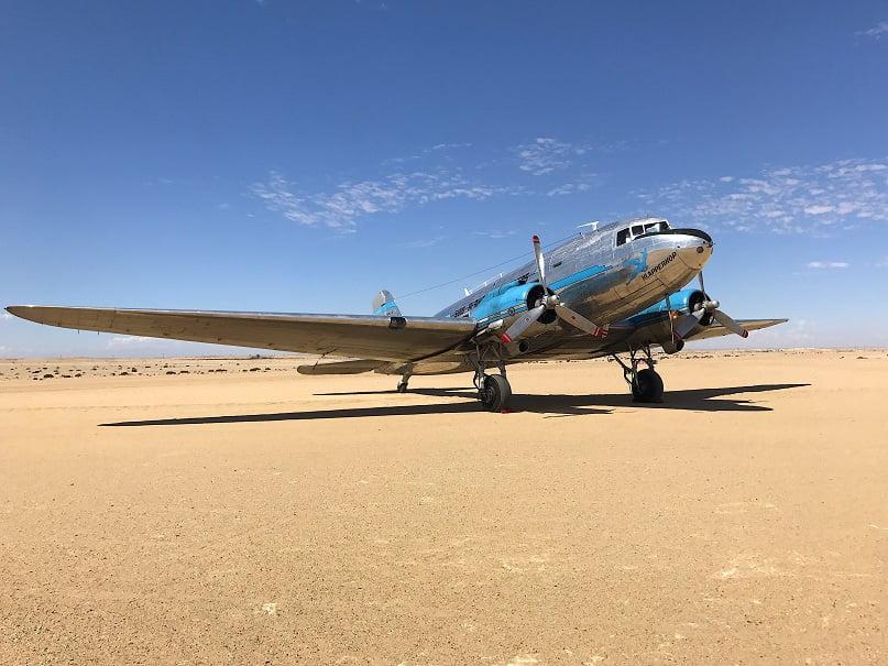 DC3 no Aeorporto de Swakopmund (Viagem fotográfica pela Namíbia por Carioca NoMundo)