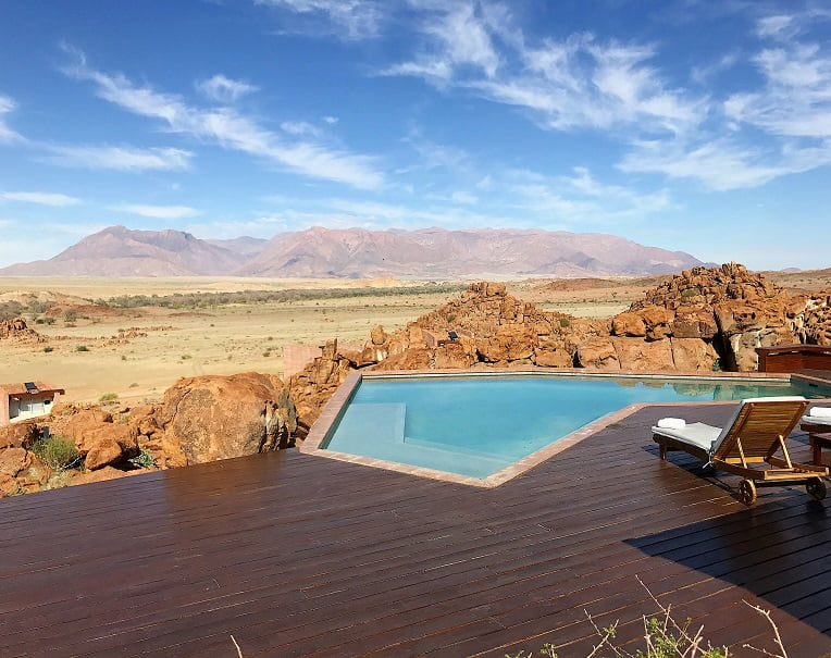 A Brandberg Mountain e a piscina do lodge Sorris Sorris (Viagem fotográfica pela Namíbia por Carioca NoMundo)