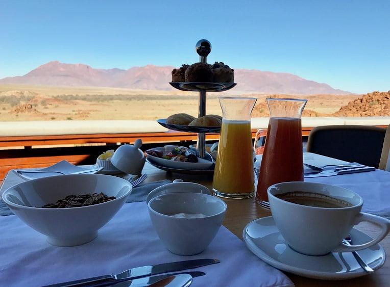 Café da manhã no lodge Sorris Sorris (Viagem fotográfica pela Namíbia por Carioca NoMundo)