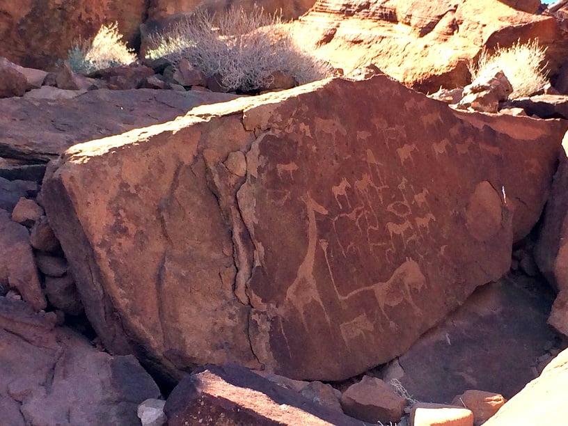 Inscrições rupestres no sítio arqueológico de Twyfelfontein (Viagem fotográfica pela Namíbia por Carioca NoMundo)