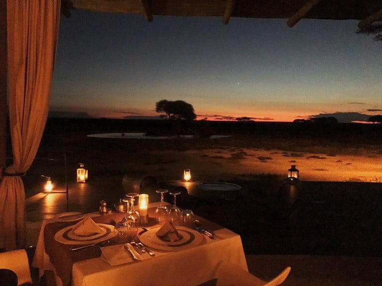 Jantar ao anoitecer no lodge Onguma The Fort, no Etosha Park (Viagem fotográfica pela Namíbia por Carioca NoMundo)