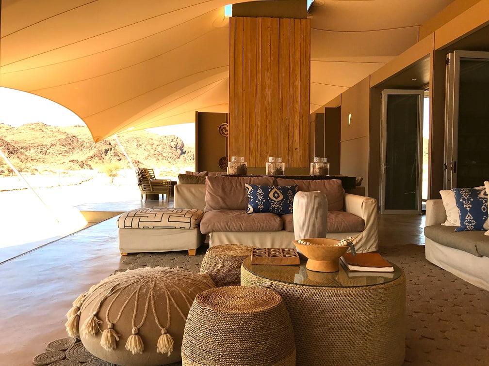 Sala de estar na tenda principal do Hoanib Skeleton Coast Camp (Viagem fotográfica pela Namíbia por Carioca NoMundo)