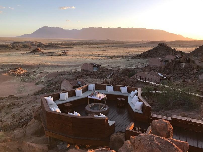 Deck panorâmico no Sorris Sorris Lodge, com vista para a Brandberg Mountain (Turismo na Namíbia por Carioca NoMundo)