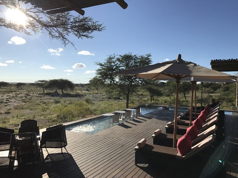 Piscina do lodge Onguma The Fort, no Etosha Park (Viagem fotográfica pela Namíbia por Carioca NoMundo)