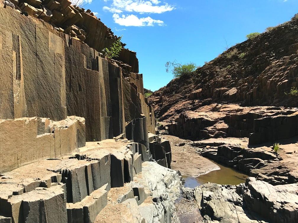 Organ Pipes no sítio arqueológico de Twyfelfontein (Viagem fotográfica pela Namíbia por Carioca NoMundo)