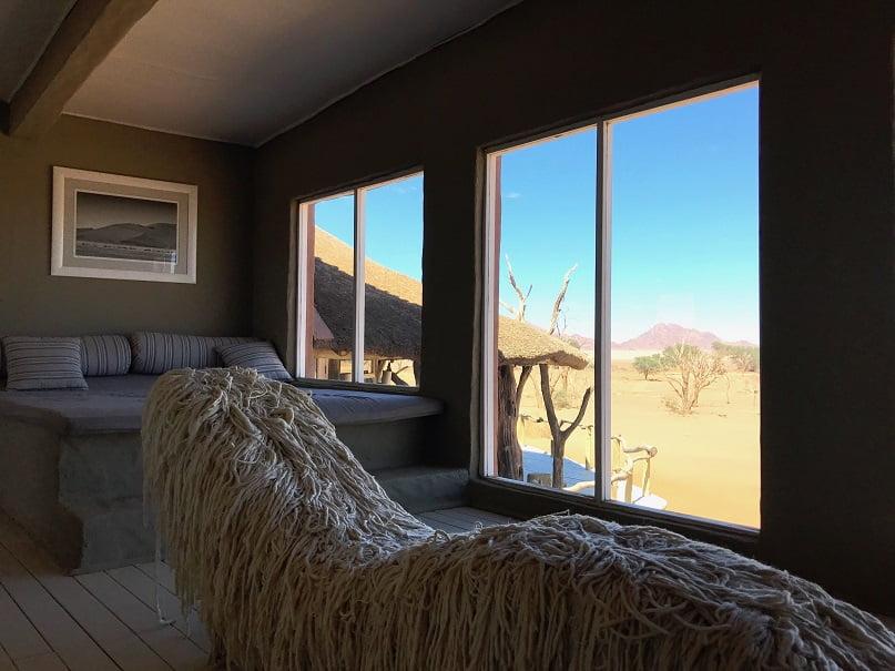 Sala de leitura no Little Kulala Camp, em Sossusvlei (Viagem fotográfica pela Namíbia por Carioca NoMundo)