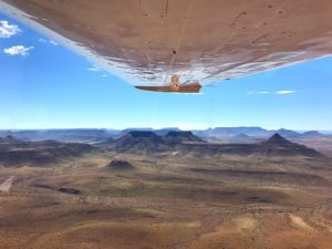 Sobrevoando a Namíbia em um Cessna 200