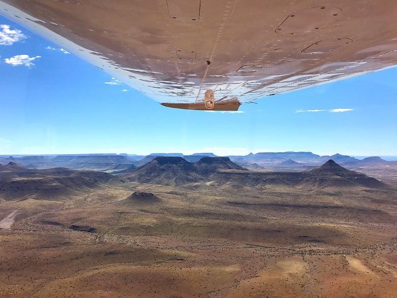 Sobrevoando a aérea de Sesfontein, entre a Skeleton Coast e Etosha (Viagem fotográfica pela Namíbia por Carioca NoMundo)
