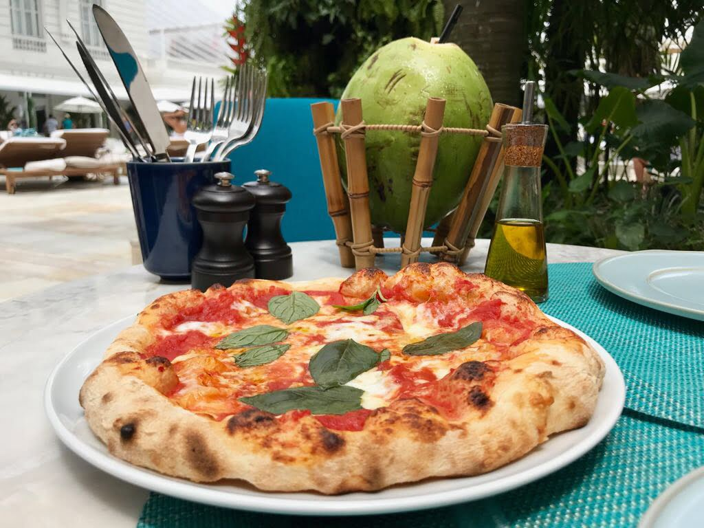 A pizza servida no Pool Bar do hotel Copacabana Palace