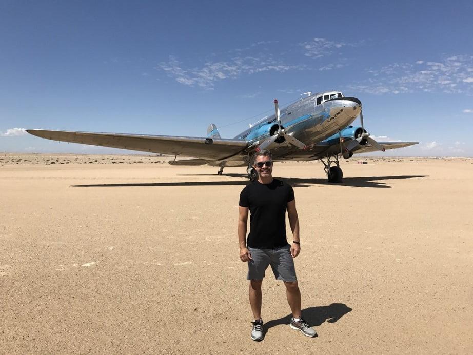 DC-3 que dei a sorte de ver no aeroporto do Swakopmund (Turismo na Namíbia por Carioca NoMundo)