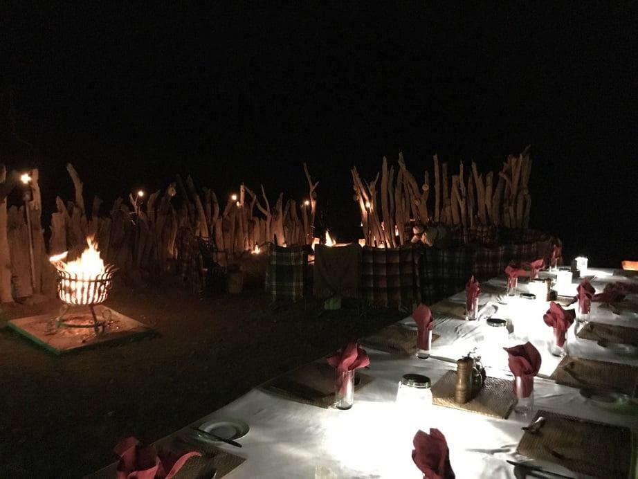 Jantar ao ar livre conhecido como boma, no Damaraland Camp (Turismo na Namíbia por Carioca NoMundo)