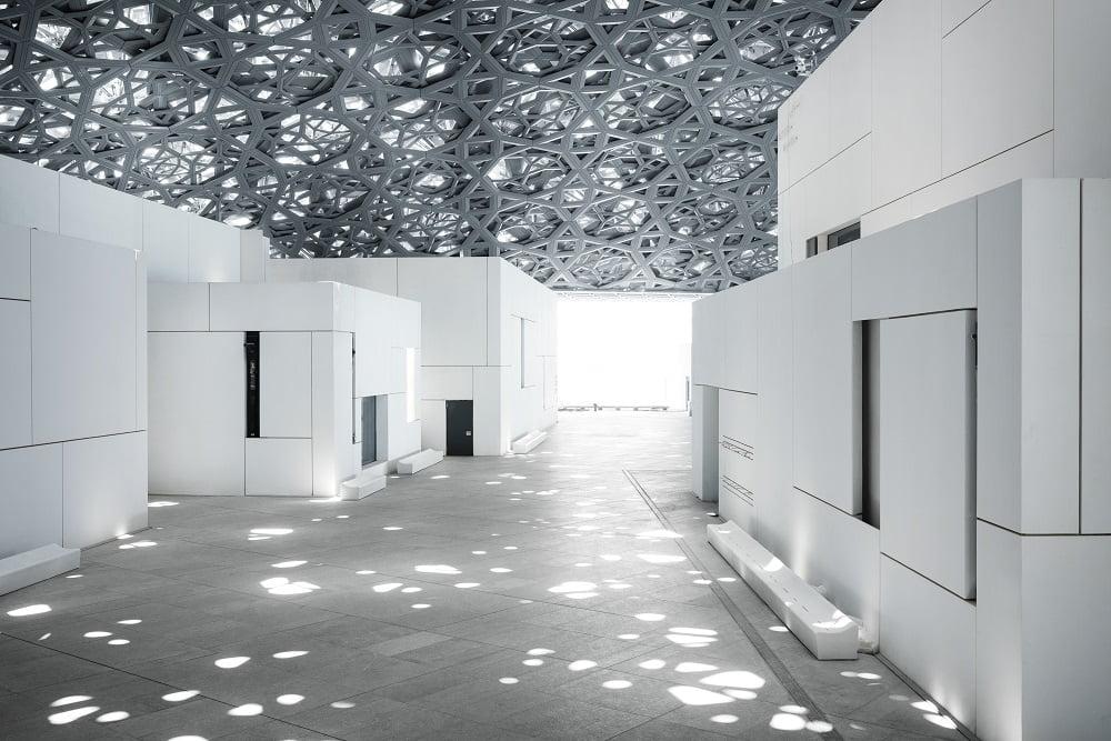 """A """"chuva de luz"""" no domo do Louvre Abu Dhabi"""