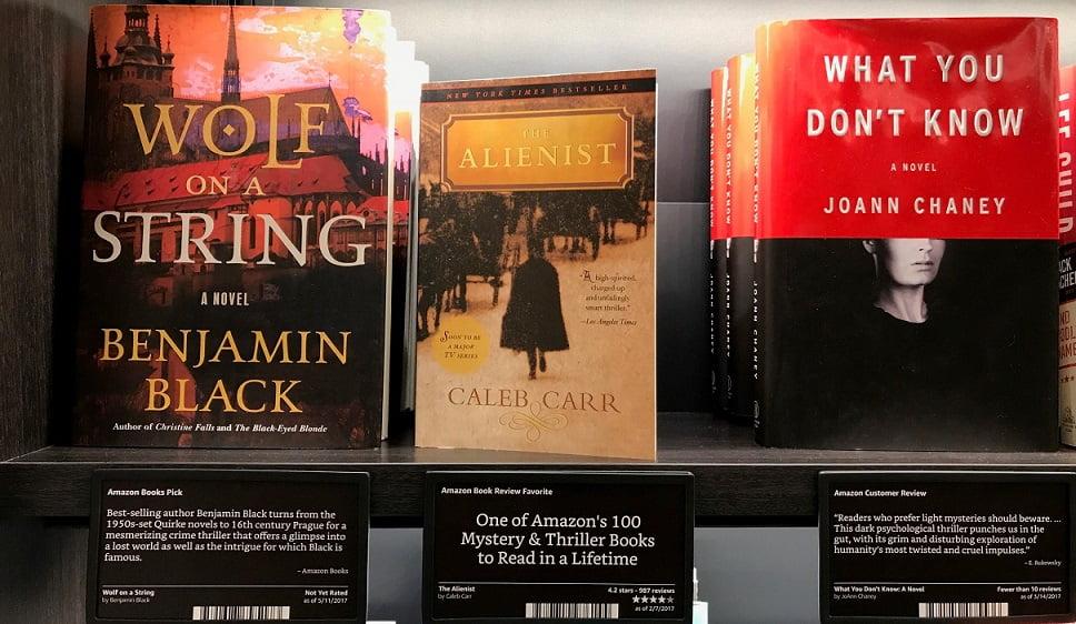 Livros expostos com as capas viradas para o cliente na Amazon Books, em Nova York, por Carioca NoMundo