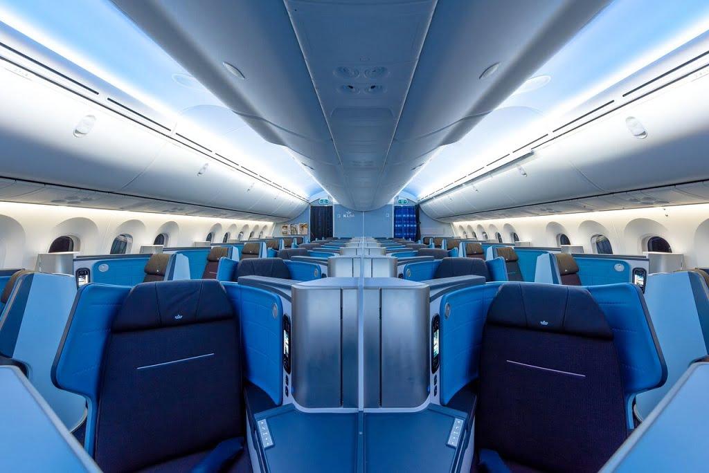 A disposição 1-2-1 das poltronas da classe executiva do B787 Dreamliner da KLM na rota Rio-Amsterdã
