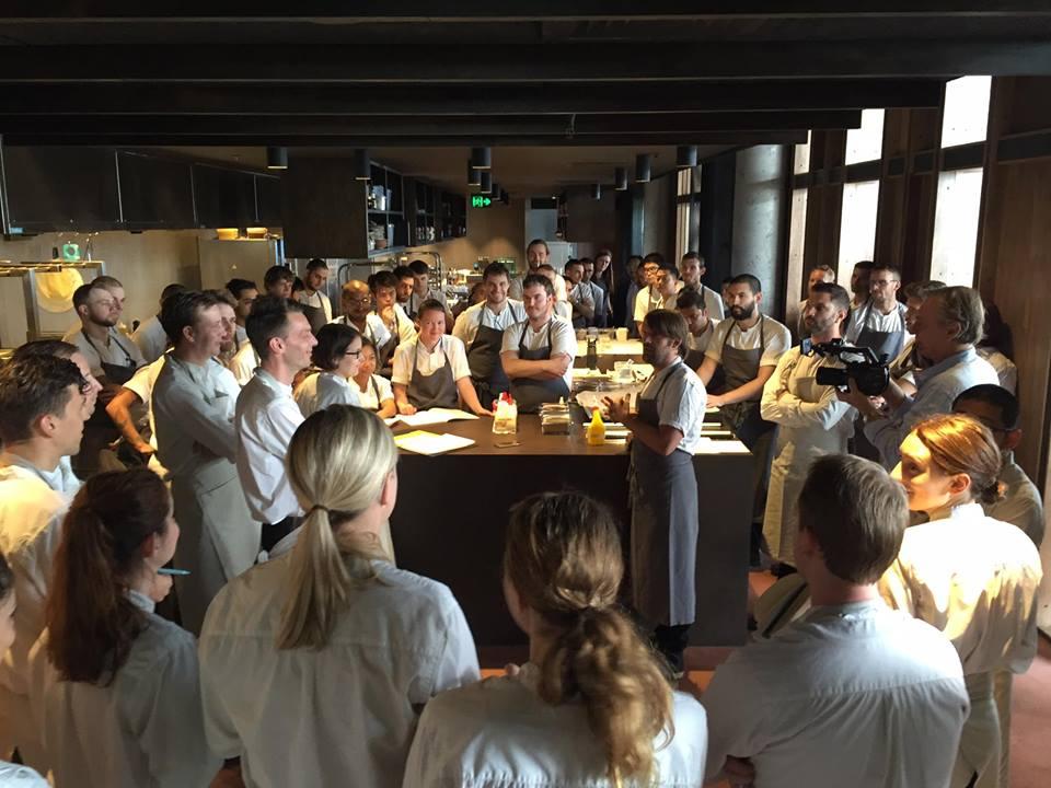 Hora de fazer as reservas para o Noma 2.0: o chef René Redzepi (ao centro) com sua equipe