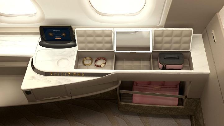 A escrivaninha com porta-trecos das novas suítes do A380 da Singapore Airlines