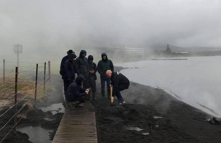 Hora de fazer as reservas para o Noma 2.0: equipe do chef René Redzepi desenterra pães que foram assados por 24 horas nas areias de uma estação termal na Islândia