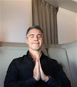 Fiz yoga na primeira classe da Cathay Pacific